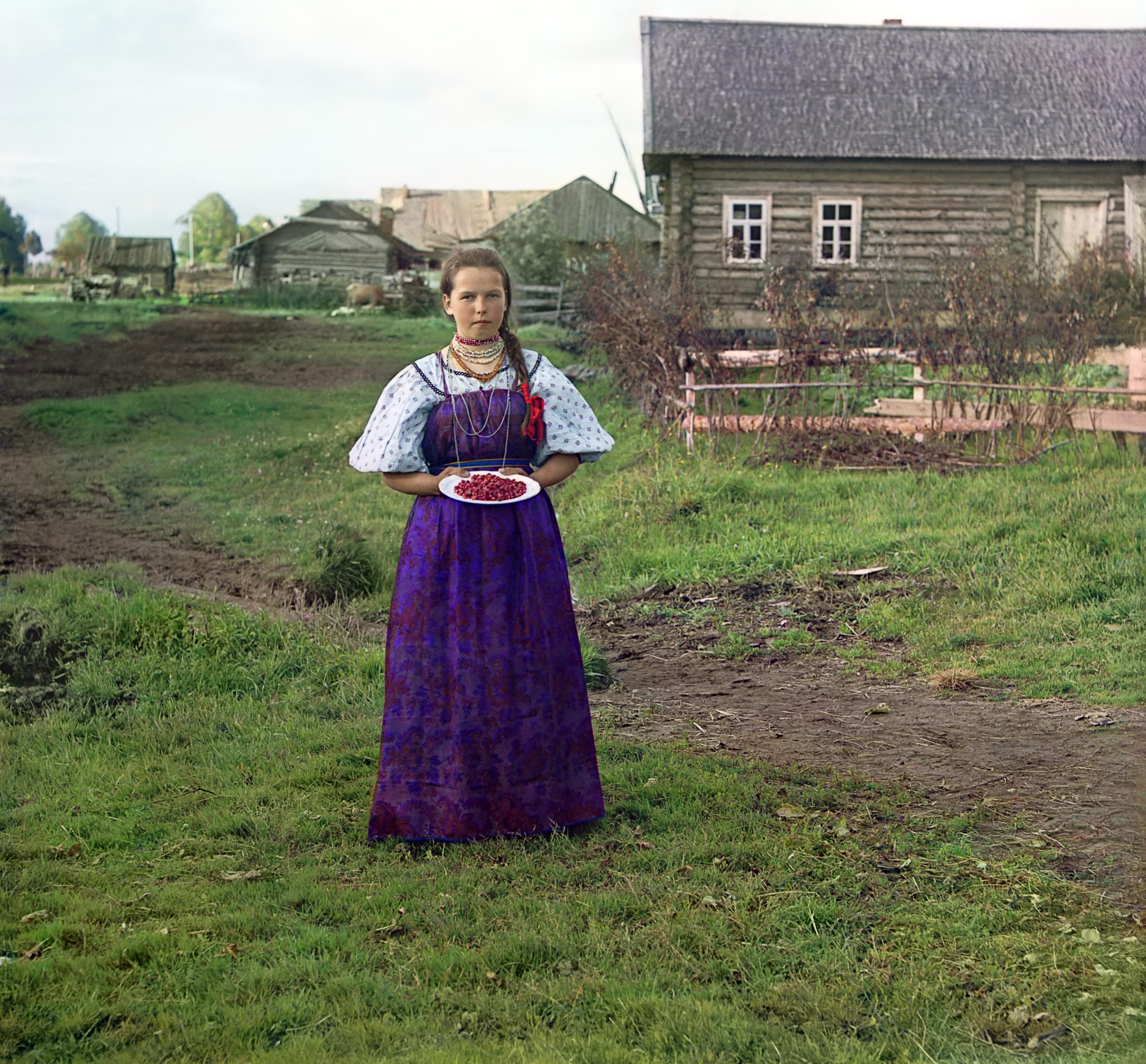 Деревня Топорня. Девушка с земляникой