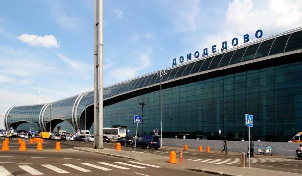 Святые скрепи: В Москве пассажира не пустили в самолет через святую воду в багаже - предлагали выбросить в урну (видео)