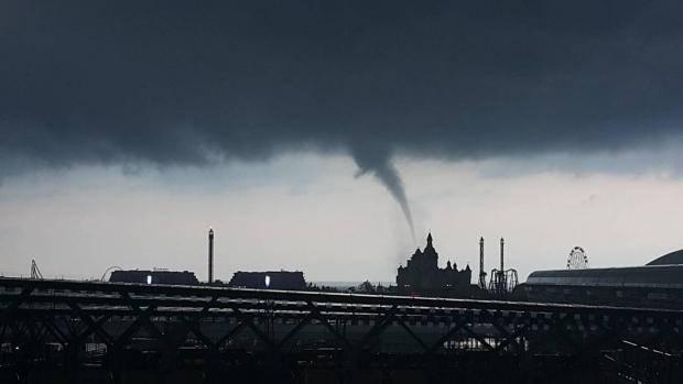 """""""Туристы очень обрадовались?"""": В сеть выложили фото и видео торнадо в Сочи"""