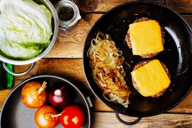 © depositphotos.com  Кладем ломтик сыра сверху науже поджаренное мясо идобавляем немного вод