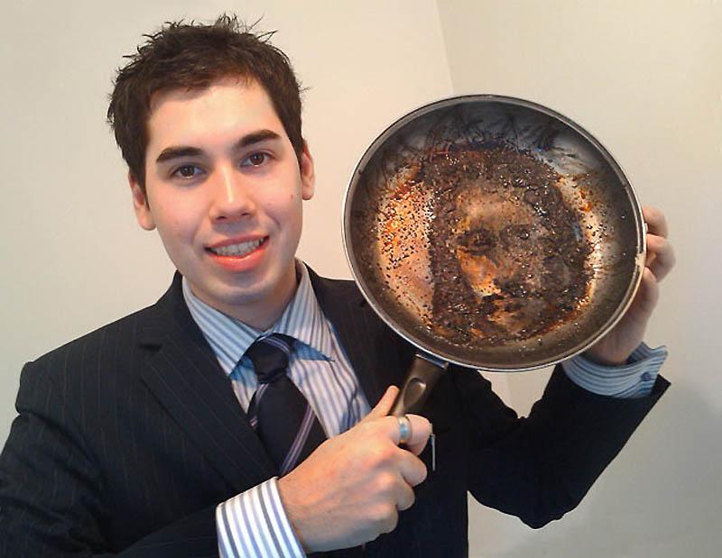 4. Тоби Эллс из Ланкастера показывает сковородку с образом Иисуса, который, по его словам, появился