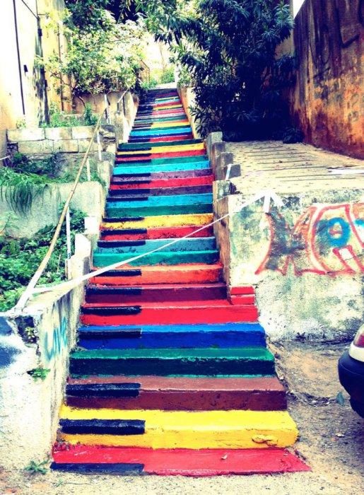 8. Ступеньки в виде радужного пианино (Ливан) Лестница, раскрашенная в виде музыкальных клавиш.