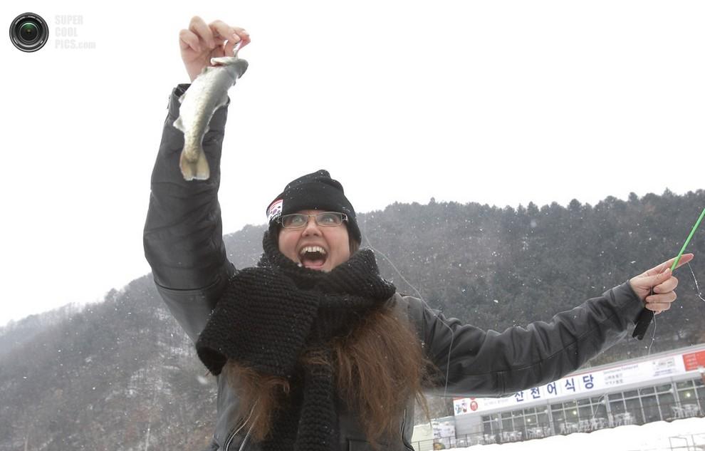 Восторг одной из туристок, участвующих в фестивале. (Chung Sung-Jun/Getty Images)