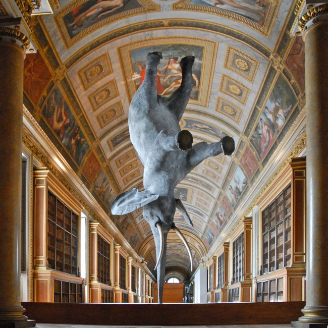 © Jean-Pierre Dalbera  Скульптура-путешественник Даниэля Фримана успела побывать даже впарижс