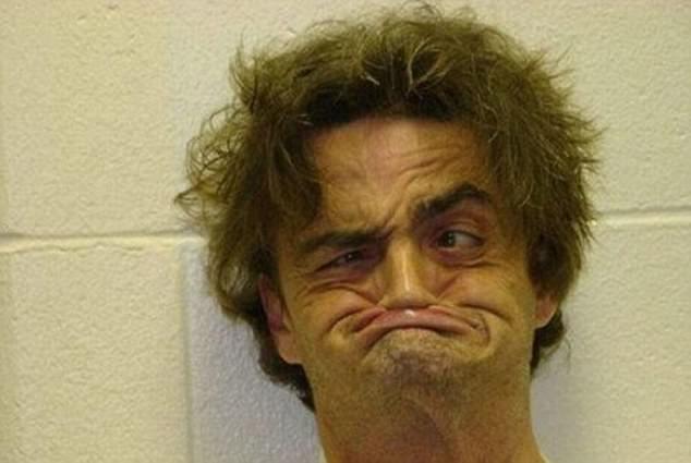 Неизвестно, то ли задержанный специально гримасничает, то ли у него всегда такое лицо.