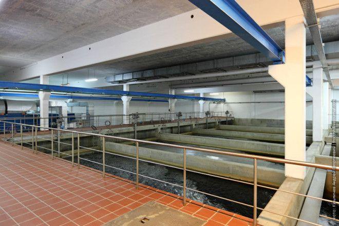 Вода сверху вниз пропускается через систему многослойной фильтрации, которая включает в себя 20 отде