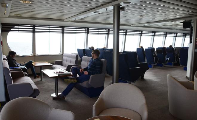 На корме выделен т.н. Club Lounge с огромным панорамным окном. Для проезда тут надо доплатить сумму