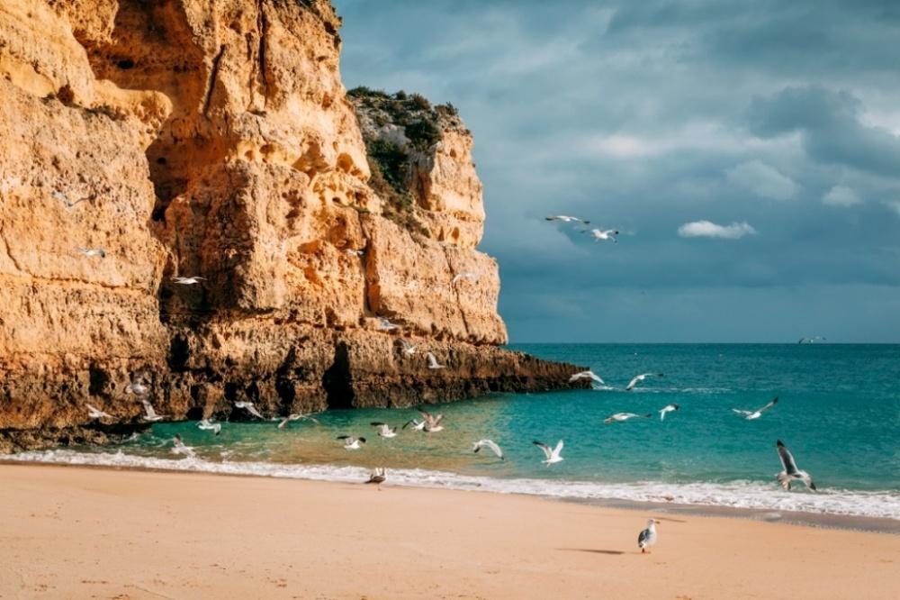 Пляж напобережье Алгарве.