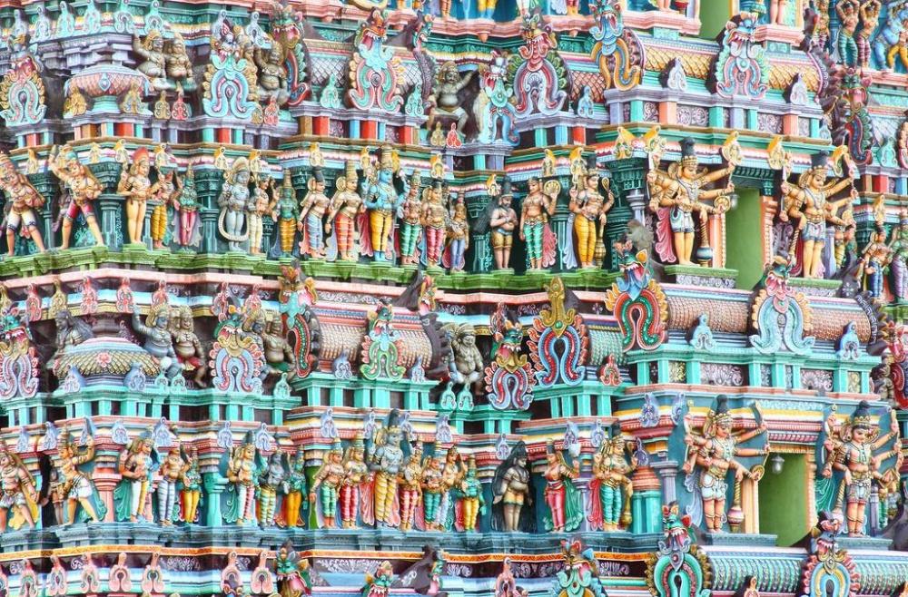 Все стены храмового комплекса покрыты тысячами тысяч каменных скульптур— животных, богов идемонов