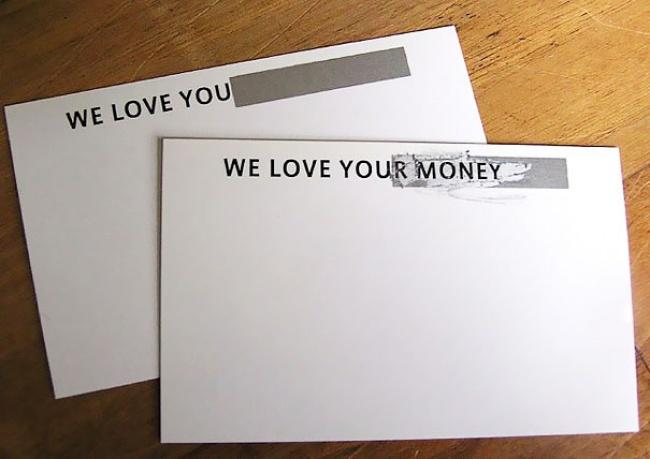 Когда выберете визитку вруки, наней написано: «Мылюбим вас». Но, как только выстираете защитный