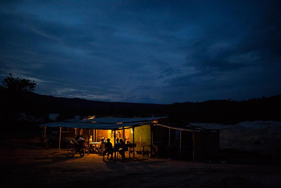17. По вечерам искатели драгоценностей собираются в небольшом баре, освещение в котором поддерживает