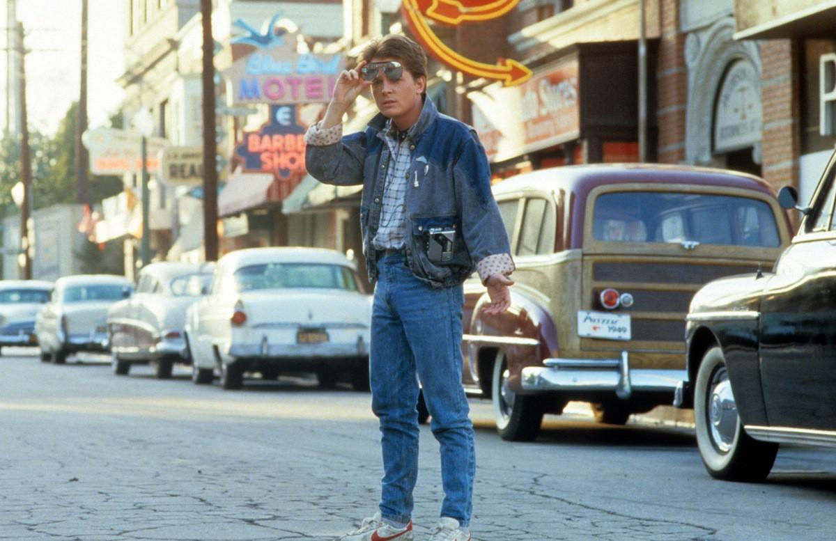 Подросток Марти с помощью машины времени, сооруженной его другом профессором Доком, попадает из 80-х