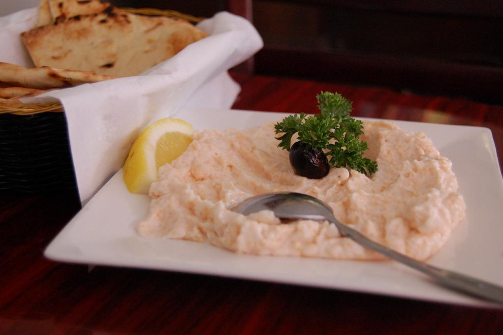 Тарамасалата — закуска на основе икры копчёной трески, оливкового масла, чеснока и лимона. Подаё