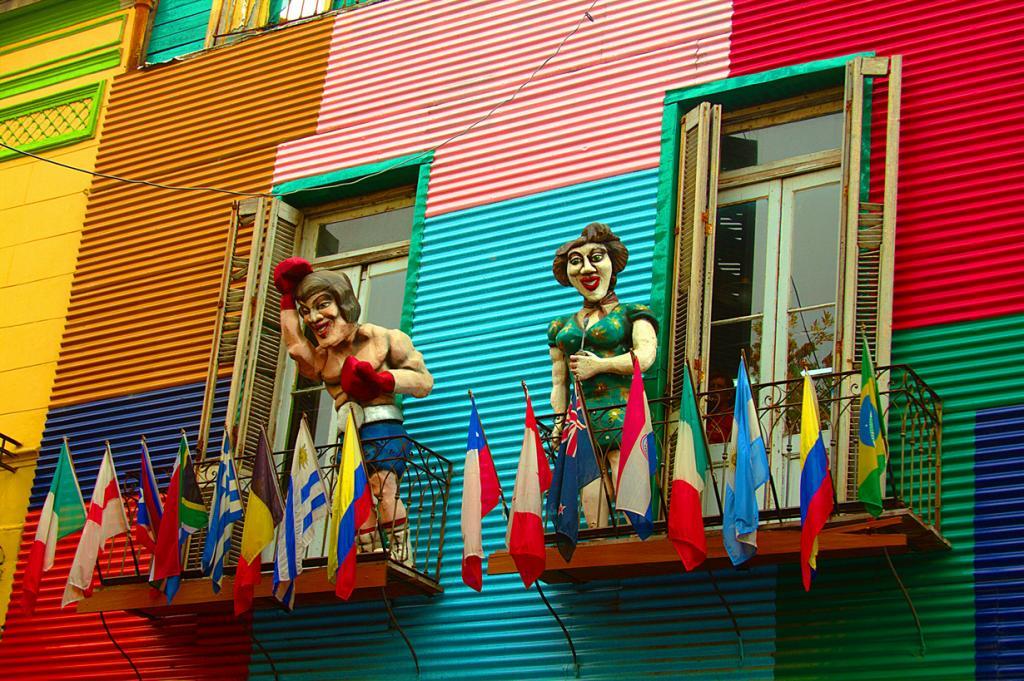 Улица Каминито в Буэнос-Айресе занимает девятое место. Это оживлённое место с разноцветными дома
