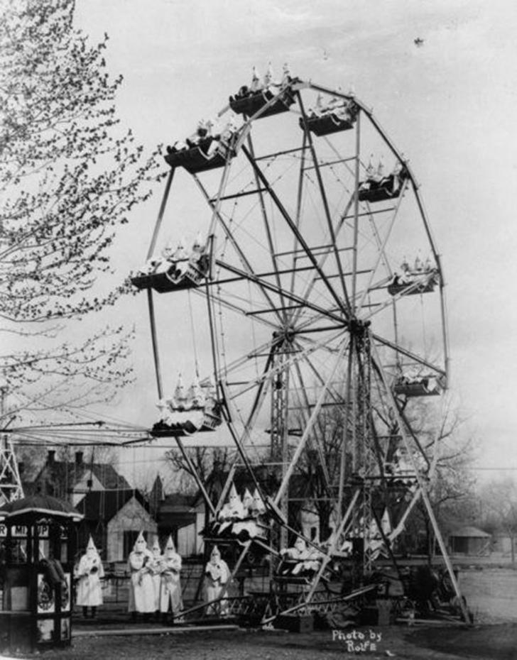 Ничего необычного. Члены организации Ку Клукс Клан катаются на колесе обозрения. 1925 год.