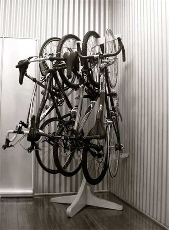 Такая стойка будет гораздо компактнее, чем просто четыре велосипеда у стены.