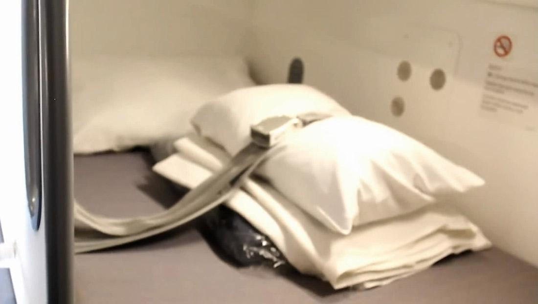 16. Удобные подушки. А на случай турбулентности приходится спать с пристегнутым ремнем.
