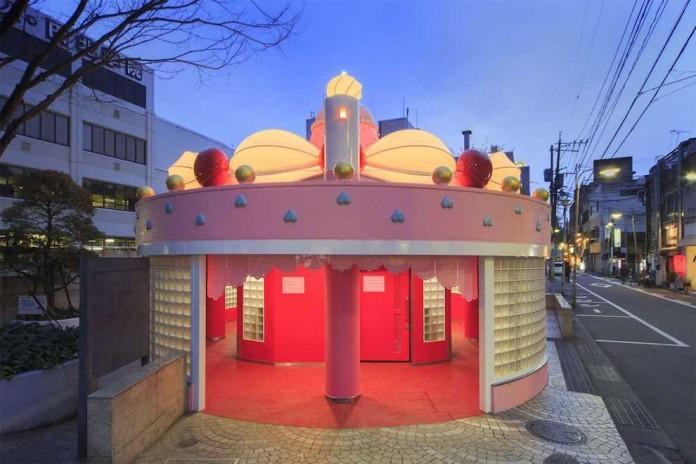 Общественный туалет, похожий на торт (8 фото)