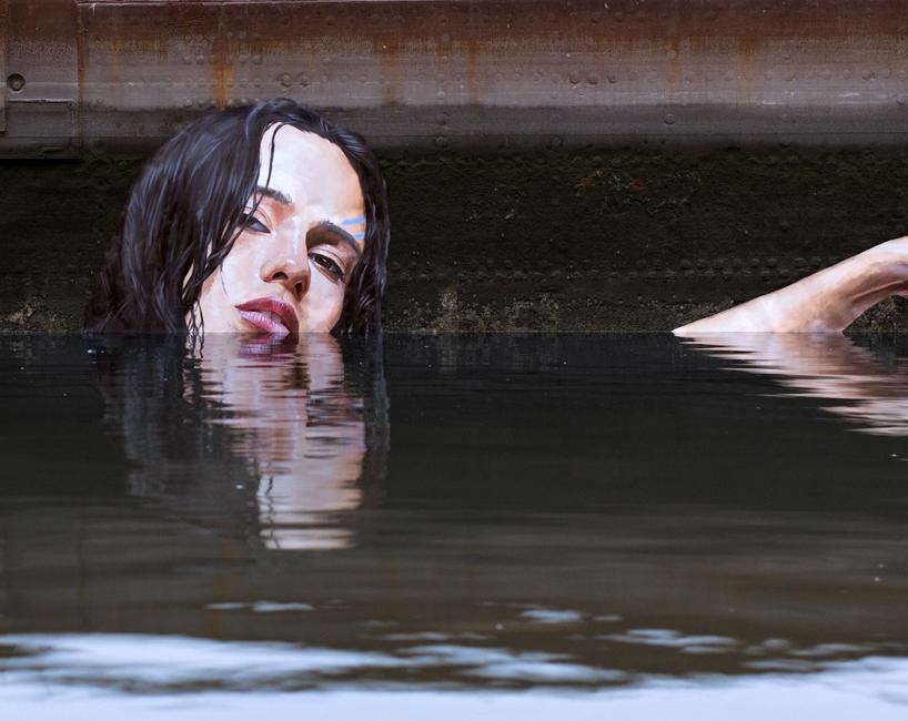 Девушки в воде в уличных картинах художника Hula