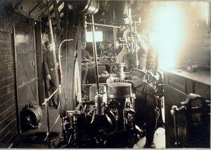 Солдаты во время работы в слесарно-токарной мастерской.