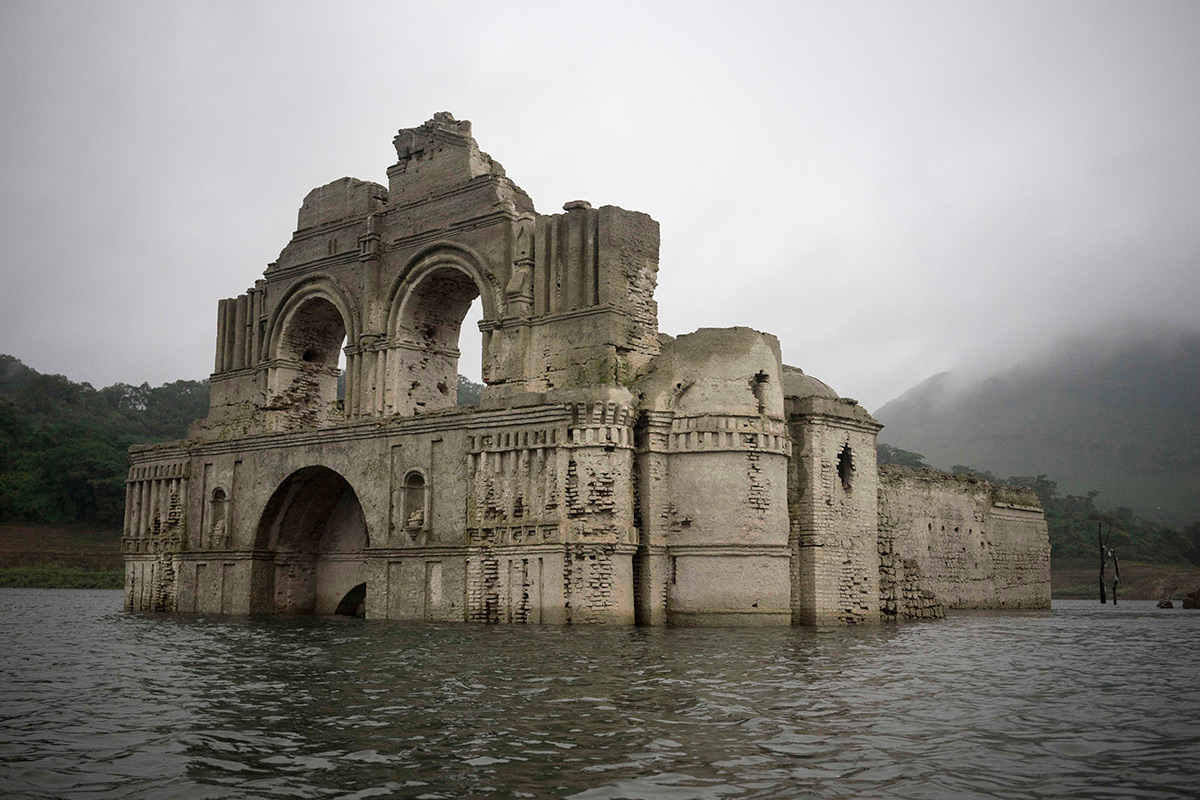 A Drought in Mexico Uncovers a 400-Year-Old Colonial Church in the Middle of a Reservoir (5 pics)