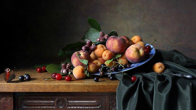 Блюдо с фруктами и орехами