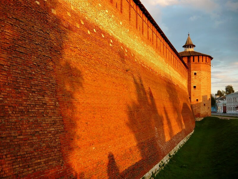 Тени деревьев на стенах Кремля