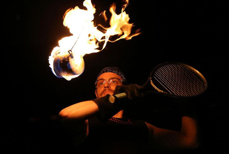 странные виды спорта - теннис с рулонами горящей туалетной бумаги
