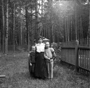 1904. Вешняки. Минна, Яша и Миша в саду дачи около дубка