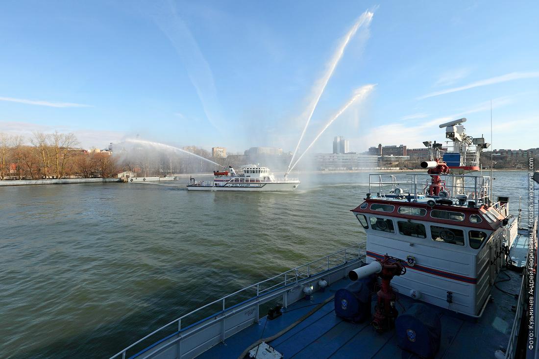 многоцелевое пожарно-спасательное судно Полковник Чернышев работа водяных пушек фото