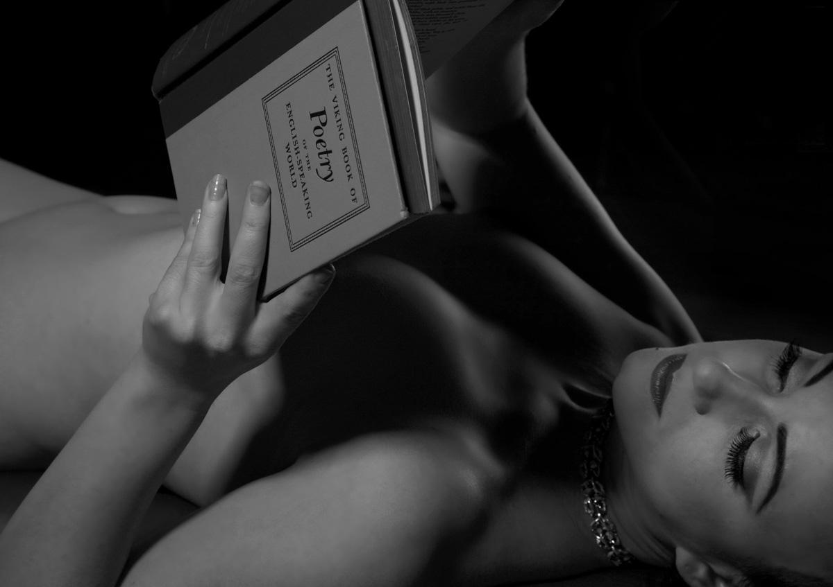 голая девушка читает книгу фото нескольких