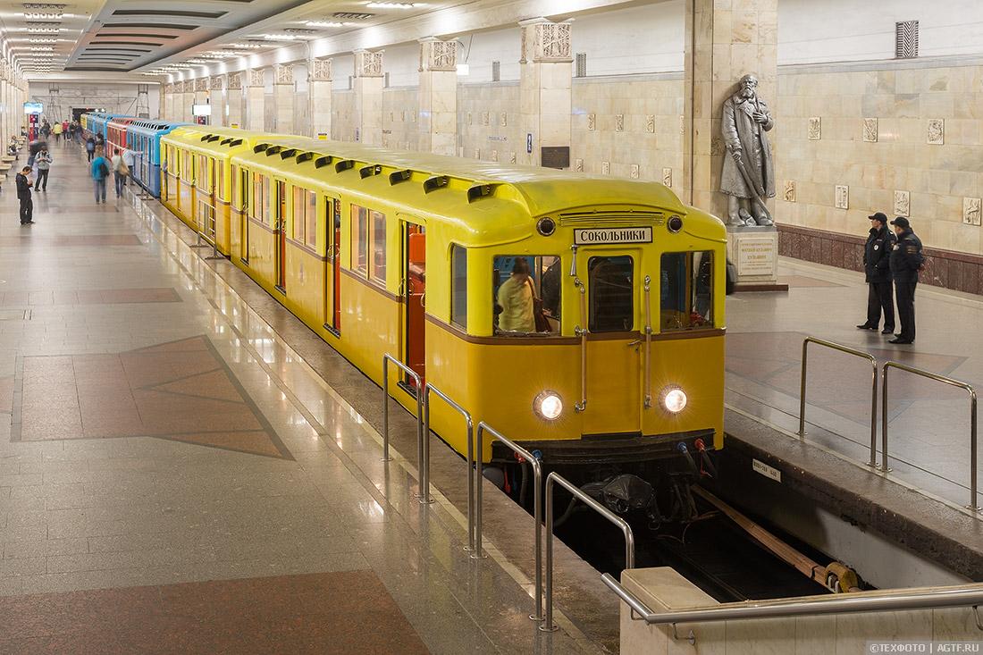 Вид на вагоны типа А с лестницы станции
