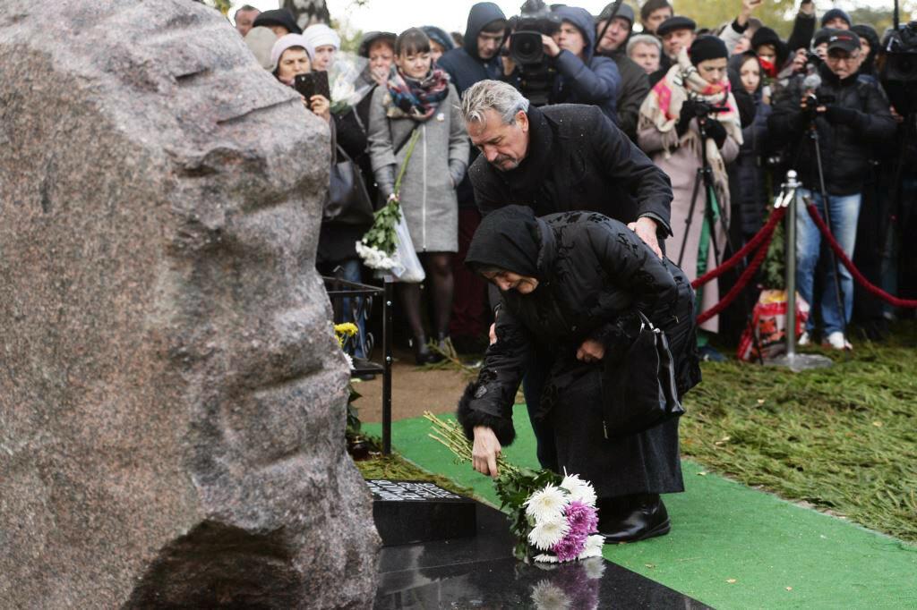 Открытие памятника Борису Немцову на Троекуровском кладбище