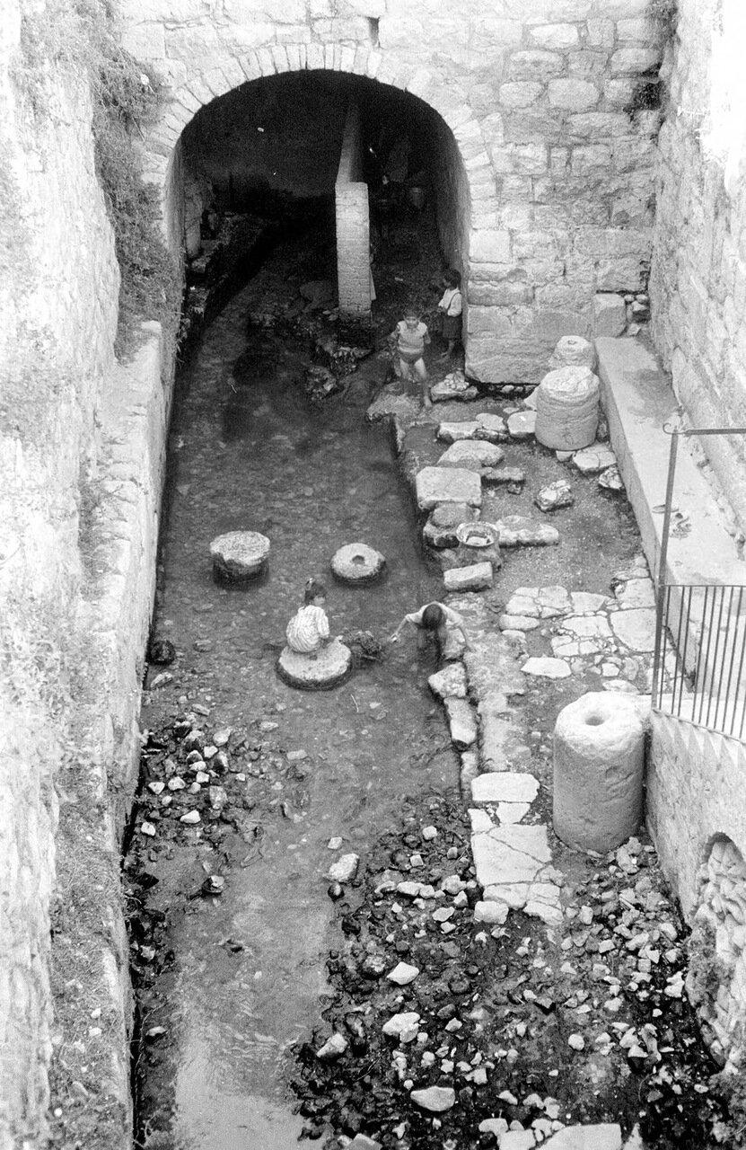 Дети играют в бассейне Шилоах