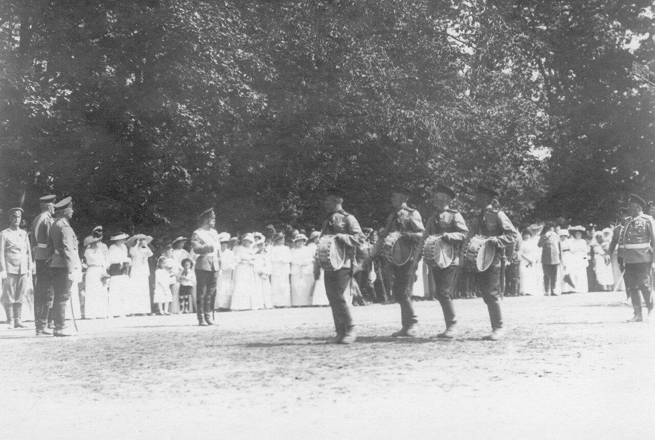 30. Император Николай II и лица высшего офицерского состава принимают парад полка. Петергоф. 29 июня 1913