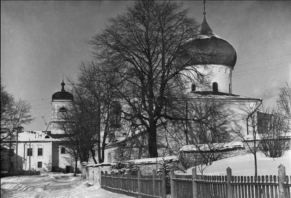 1960-е. Внутренний двор Мирожского монастыря