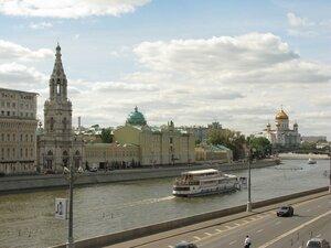 Москва-река и храм Христа Спасителя (справа)