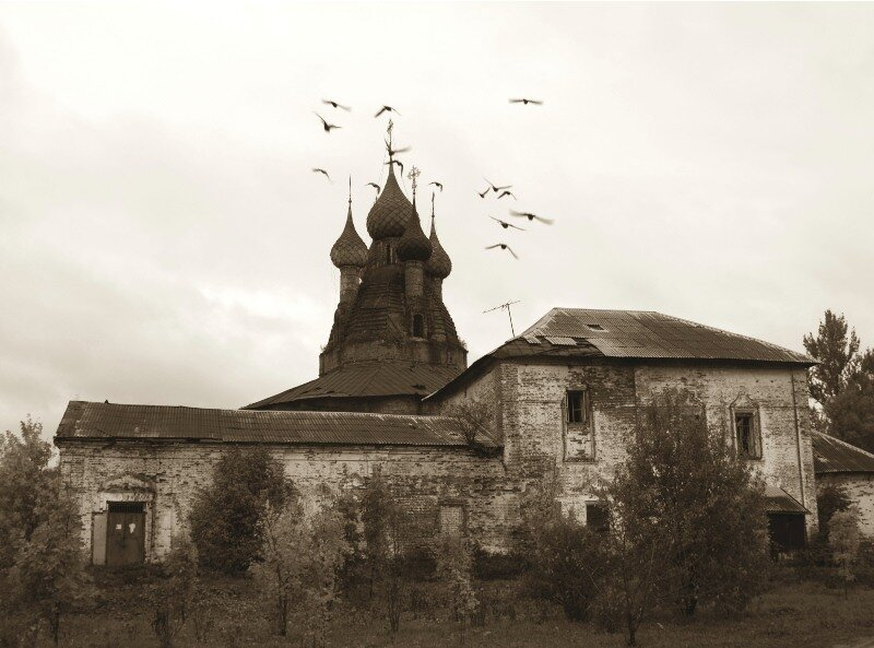 Воскресенская и Казанская (на заднем плане) церкви
