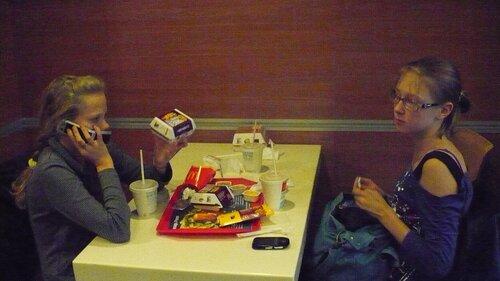 Девочки в Макдоналдсе
