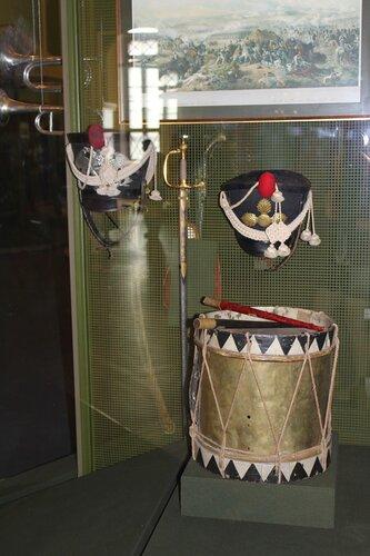 Кивера, шпага и барабан
