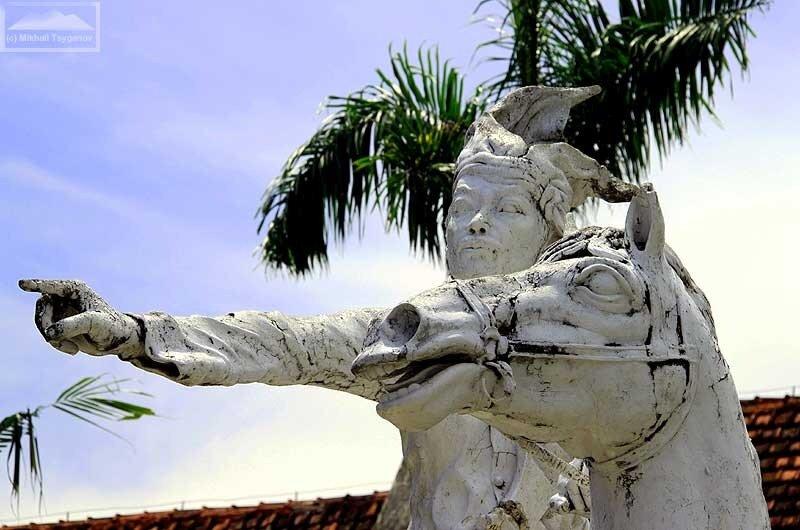 Памятник султану Хасануддину