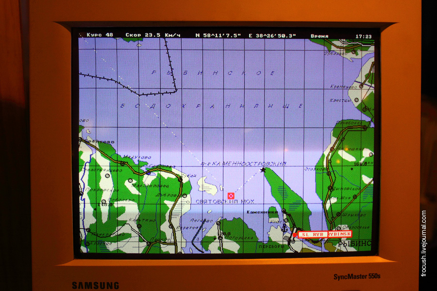 Экран монитора на стойке регистрации теплохода «Сергей Кучкин»