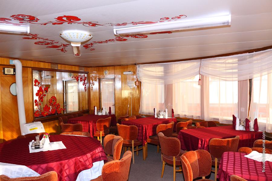 Ресторан в кормовой части главной палубы дизель-электрохода «Композитор Глазунов»
