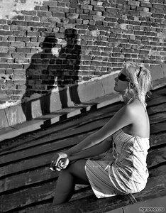 Воспоминание (блондинка, кирпич, крыша, монохром, пара)