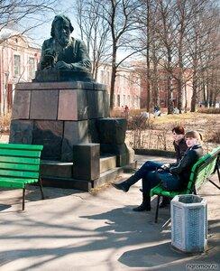 Студентки (памятник Мечникову, пара)