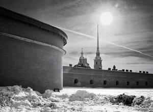 Солнце над островом (монохром, Петербург, Петропавловская крепость, снег, солнце)