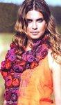 Вязаный шарф из цветочных элементов.