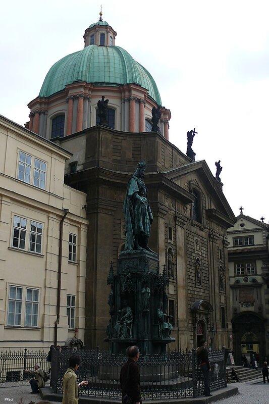 Статуя Карла IV (1848) перед церковью св.франциска в Праге