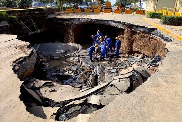 Самые необычные и огромные ямы на дорогах во всем мире 0 12cf83 ce83ef72 orig