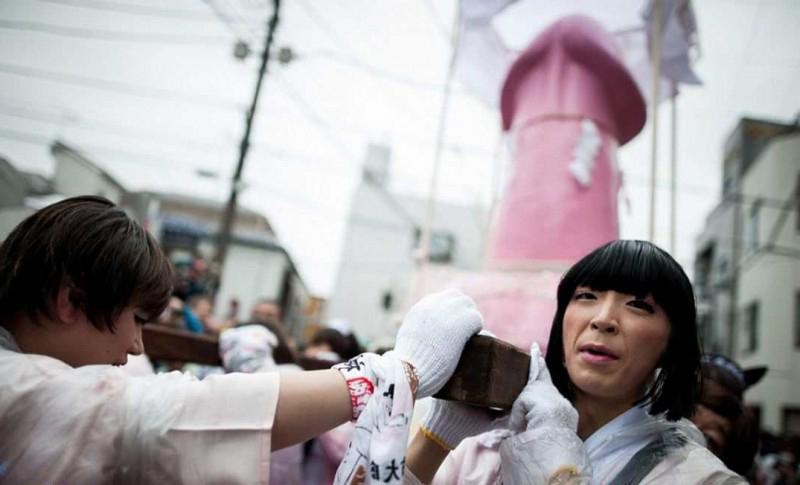 странный фестиваль плодородия в японии